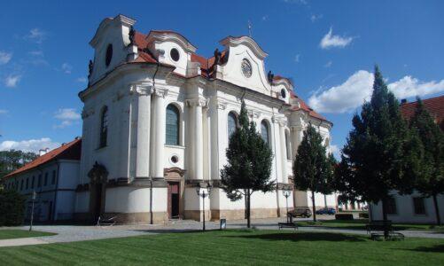 Břevnovský klášter: zavřený šenk i výčep v sýpce. Do baziliky lze zajít ke zpovědi a pro eucharistii