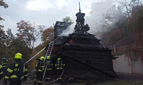 Z pravoslavného kostela sv. Michaela v zahradě Kinských na Petříně jsou ohořelé trosky