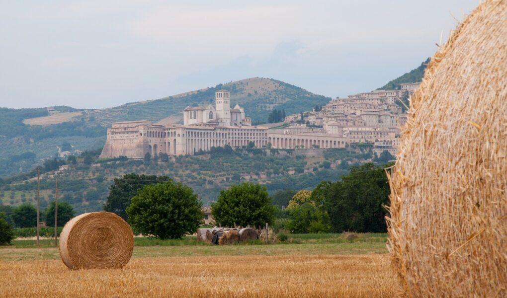 Poutní Františkova cesta (Via di Francesco) vede do Assisi z La Verny i z Říma