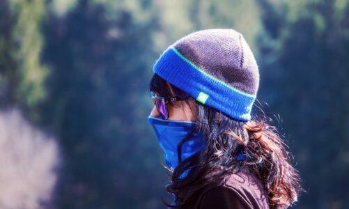 Bez masky ani krok. Stáhněte si střihy na šití roušek z módního časopisu Burda
