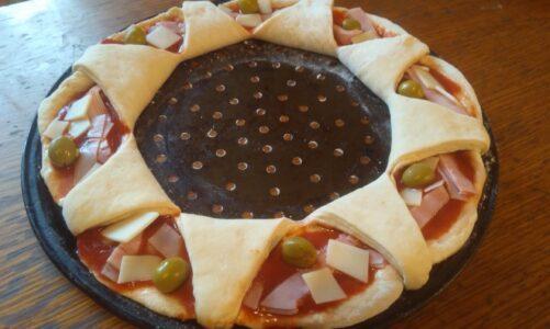 Svatokateřinská pizza ve tvaru atributu světice