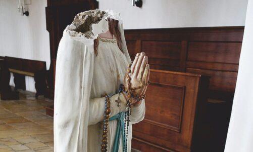Socha Panny Marie přišla v bavorském Straubingu o hlavu. Našli ji na ulici s rouškou