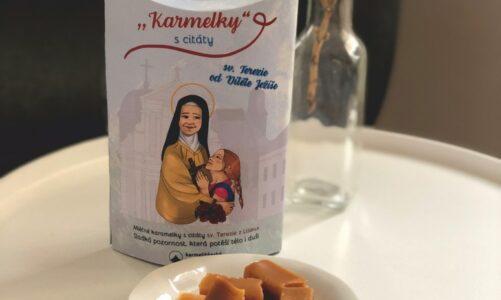 """Mléčné """"Karmelky"""" s citáty sv. Terezie z Lisieux mezi novinkami Karmelitánského nakladatelství"""