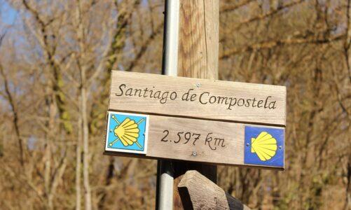 Z Českých Budějovic do Santiaga de Compostela je to 2970 km. V ulicích jsou směrovky Svatojakubské cesty