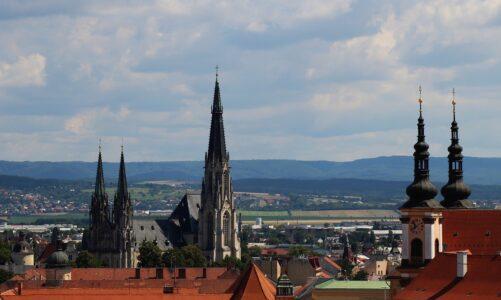 Olomoucký arcibiskup Graubner dál leží na ARO. Dostává kyslík a děkuje za modlitby