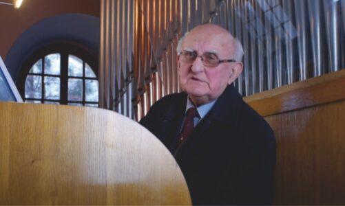 85 letý dirigent nemohl po více než 40 letech uspořádat vánoční koncert. Dva dal na internet