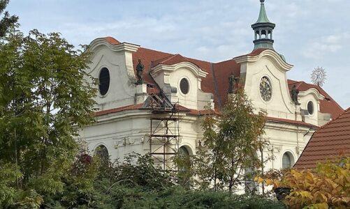 Lidé pomohli břevnovskému klášteru s opravou střechy baziliky. Darovali statisíce