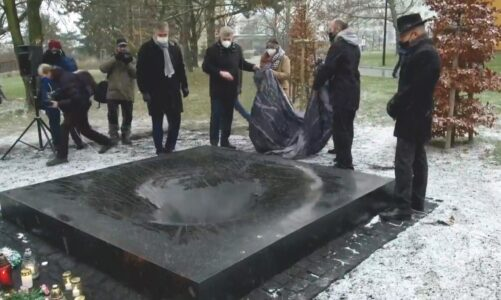 Památník před Fakultní nemocnicí v Ostravě symbolizuje zaniklé slunce a sedm zmařených životů
