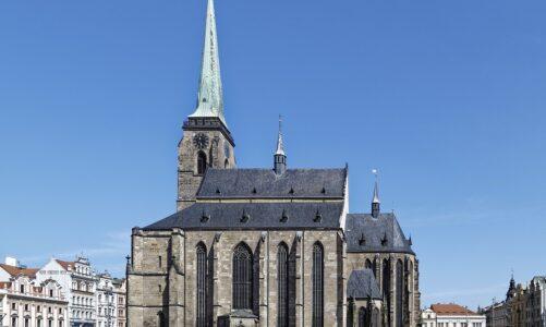 V Plzni se po lockdownu otevírá věž katedrály, z níž jsou vidět Alpy