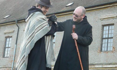 Benediktini z Rajhradu se radují z nového přírůstku. Přivítali první letošní jehně