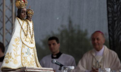 Ušít šaty Panně Marii ze Svaté Hory teď může každý. Poutní místo zveřejnilo střih