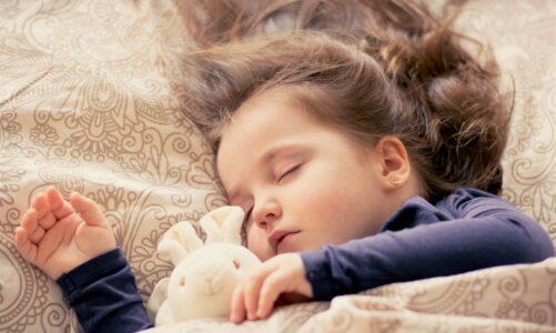 Nalezla dítě ležet na lůžku a zlý duch byl pryč