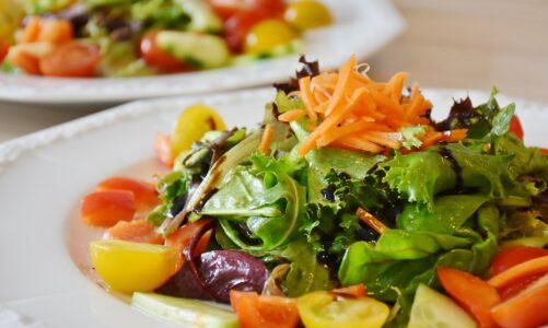 Tip na postní jídlo? Tvarohové knedlíky se zeleninovým salátem