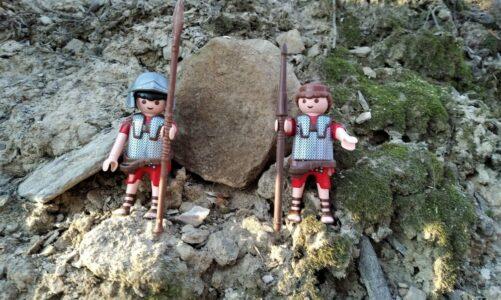 Lesní křížová cesta s panáčky Playmobil vytvořila v lese působivá dioráma