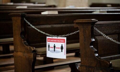Pravidlo 10 % obsazených míst v kostele padlo. Nyní platí už jen rozestupy, roušky a desinfekce