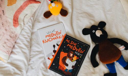 Večerníčkovým medvědům vychází Velká medvědí kuchařka i pohádková knížka Mlsné medvědí příběhy