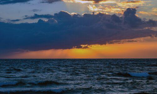 Moře se vzdouvalo nárazy silného větru