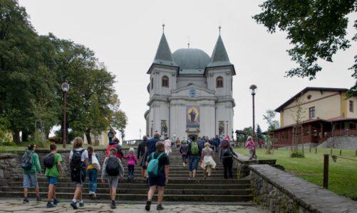 Svatý Hostýn je o víkendech a svátcích dostupnější. Z Bystřice vyjíždí více autobusů. Navazují na vlaky